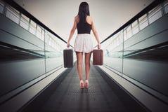 Frau auf Rolltreppe stockfotos