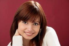 Frau auf rotem Hintergrund Stockfotografie