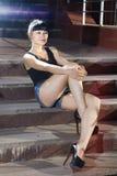Frau auf Schrittstraße am Abend Stockfotos