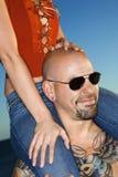 Frau auf Schultern des erwachsenen Mannes. Stockbilder