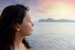 Frau auf Seeküste und schönem Sonnenuntergang lizenzfreie stockfotos