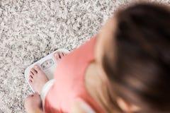 Frau auf Skala-messendem Gewichtsverlust Stockfotos