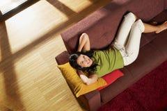 Frau auf Sofa Lizenzfreie Stockfotos