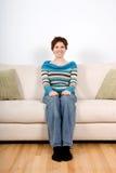 Frau auf Sofa Lizenzfreie Stockbilder