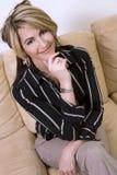 Frau auf Sofa Stockfotografie