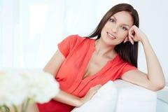 Frau auf Sofa stockfotos