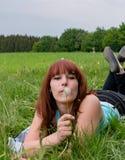 Frau auf Sommerwiese mit Löwenzahn Lizenzfreie Stockfotografie