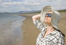 Frau auf sonnigem Strand Lizenzfreies Stockfoto