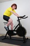 Frau auf spinnendem Fahrrad Stockfoto