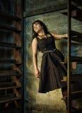 Frau auf städtischen Treppen Stockfotografie