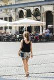 Frau auf Straße Stockfotografie