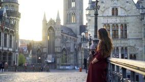 Frau auf Straße der alten Stadt stock video footage