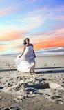 Frau auf Strand stockbilder
