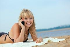 Frau auf Strand benennend durch Zelle phonr Lizenzfreies Stockfoto