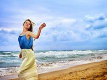 Frau auf Strand in der Sonnenuntergangschreibensliebe auf Sand Lizenzfreies Stockfoto
