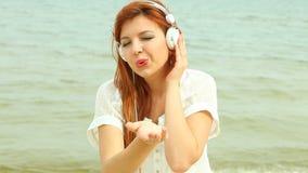 Frau auf Strand hörend Musik stock video footage