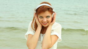 Frau auf Strand hörend Musik Lizenzfreies Stockfoto