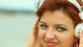 Frau auf Strand hörend Musik stock footage