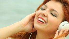 Frau auf Strand hörend Musik stock video