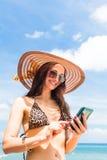 Frau auf Strand mit dem Telefonplaudern Stockfotos
