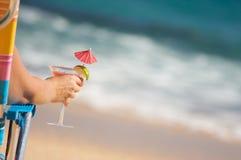 Frau auf Strand mit tropischem Getränk Stockbild