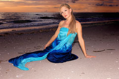 Frau auf Strand am Sonnenuntergang Lizenzfreie Stockfotografie