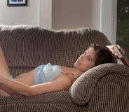 Frau auf Stuhl mit Buch Stockfotos