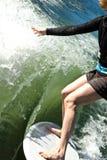 Frau auf Surfbrett Stockfotos