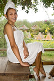 Frau auf Tabelle Stockfotos