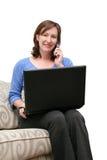Frau auf Telefon und Computer Lizenzfreie Stockfotos