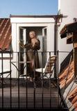 Frau auf Terrasse lizenzfreie stockfotos