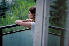 Frau auf Terrasse lizenzfreie stockbilder