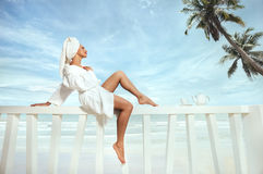 Frau auf Terrasse über Seeansicht Stockbild