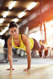 Frau auf Training in der Turnhalle Lizenzfreie Stockfotografie