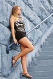 Frau auf Treppenhaus Lizenzfreie Stockfotografie
