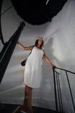 Frau auf Treppenhaus stockfoto