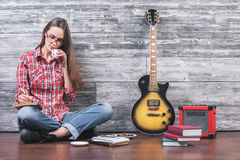 Frau auf trinkendem Kaffee des Bodens Lizenzfreies Stockfoto