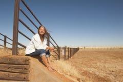 Frau auf trockenem Ackerland im Hinterland Australien Lizenzfreie Stockfotografie