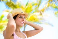Frau auf tropischen Ferien des Sommers Lizenzfreie Stockbilder