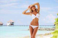 Frau auf tropischem Strand Stockbild