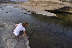 Frau auf Wasserhintergrund Stockfotografie