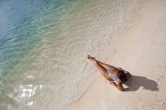Frau auf weißem Sandstrand Stockfotos