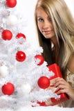 Frau auf Weihnachten mit einem Geschenk Stockbilder
