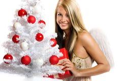 Frau auf Weihnachten mit einem Geschenk Stockfotografie