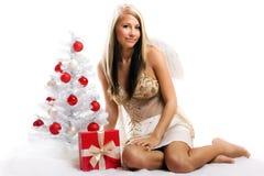 Frau auf Weihnachten mit einem Geschenk Lizenzfreies Stockbild