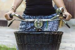 Frau auf Weinlesefahrraddetail Lizenzfreie Stockbilder