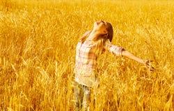 Frau auf Weizenfeld Stockbild