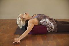 Frau auf Yoga-Kissen Stockbilder
