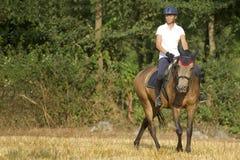 Frau auf zu Pferde Stockbild