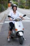 Frau auf zwei Rädern lizenzfreie stockfotografie